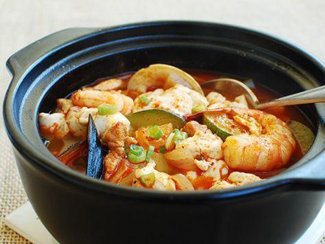 Soups & Stews | Korean Food   |海鮮スンドゥブチゲ(シーフードソフト豆腐シチュー)   このシチューはへの私の旅行のことを思い出す慶州数年前、韓国の南東海岸にある歴史都市。これは、ソウルから長い電車の後に私たちの最初の食事でした。ホテルのスタッフが推奨する、私たちはその作りたてで有名レストランで食べたスンドゥブ  (また綴ら soondubu高い含水量を有する)、uncurdled豆腐、。古い伝統的な家から変換されたにぎやかなレストランでは、家庭的な感じを持っていた。彼らは使用して、彼らの豆腐昔ながらの方法作るmaetdol(砥石)と、海水を。言うまでもなく、それは信じられないほど新鮮でおいしかった-最高のスンドゥブ私が今までき た!…