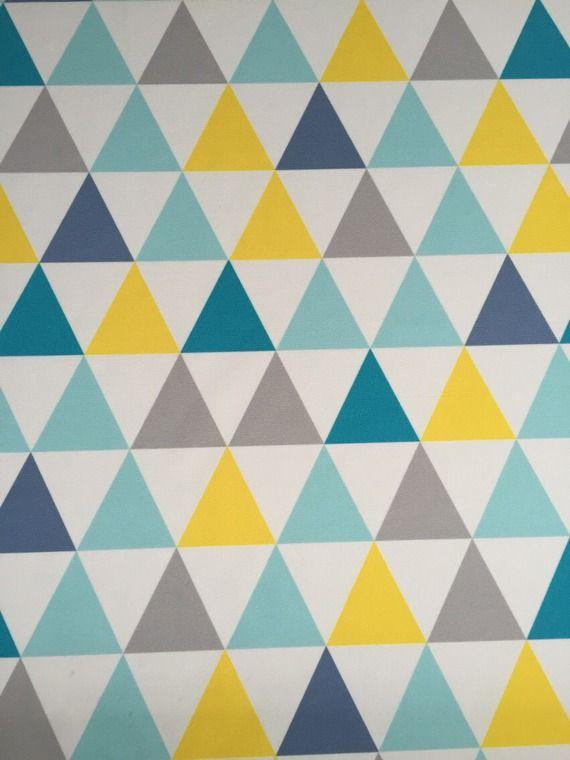 Tissu enfant coupon 70x50cm. Motif triangles turquoise jaune gris sur fond blanc. Lavable