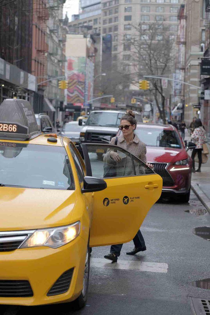 Katie Holmes pasea por las calles de Nueva York, ajena a los rumores de boda de su ex Tom Cruise con la actriz inglesa Vanessa Kirby.