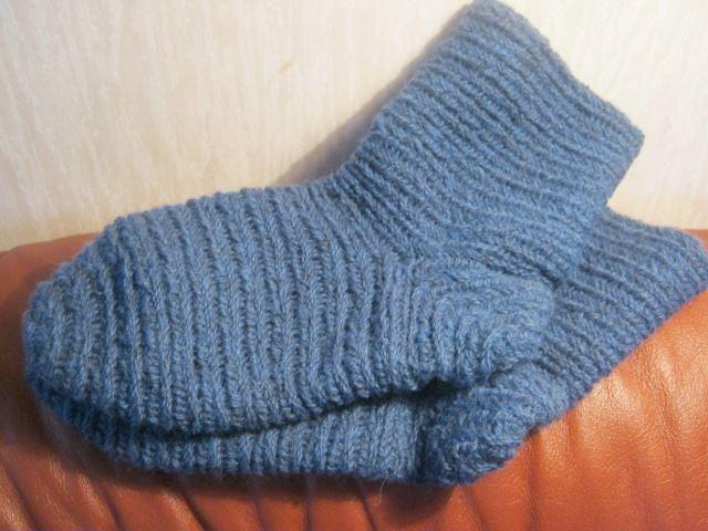 Needlebound / nalbound socks in child size, by Anneli Henriksson. Order posted [in Swedish] 2012-02-28 @ Evendim hantverk [Evendim handicrafts] on FaceBook. Please see link!