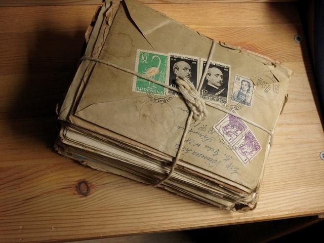 Uit oude brieven haalt Bert zijn eerste informatie over zijn grootoom Robbert