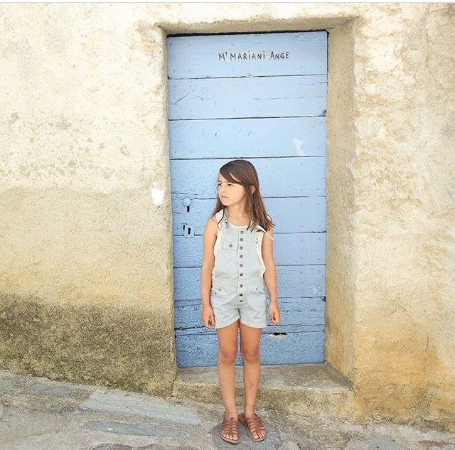 Quelle jolie photo de vacances avec la salopette en jean Nicoli ! Merci à @helenepetitvillage !