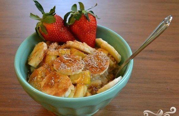Овсяные хлопья закарамелизовать с орехами. Овсяные хлопья 3-5 минут обжарить на сухой сковороде с измельчёнными орехами. Постоянно помешивая, дать коричневому сахару растаять и карамелизовать хлопья (около 2-4 минут) Банан, клубнику и яблоко с помощью блендера превратить в пюре. Выложить поочерёдно слоями творог, хлопья и фруктовое пюре. Слои при желании повторить.