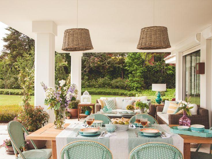 Hacia el jardín. Mesa y sillas de Teklassic, lámparas de Maisons du Monde, mantel y copas de Zara Home y flores de Aflore Mío.