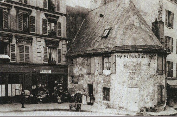 """La rue du Mont-Cenis, à Montmartre, vers 1905 et l'ancienne chapelle de la Trinité, édifiée par Jacques Liger en 1579. Fermée en 1783, elle sera ensuite occupée par divers commerces dont celui d'un cabaret nommé """"A la Belle Gabrielle"""". Ce bâtiment historique fut détruit vers 1920..."""