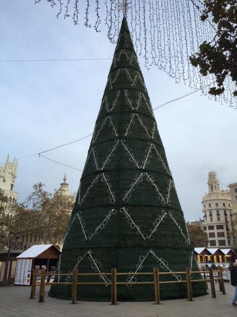 Árbol de Navidad de la plaza del Ayuntamiento de Valencia de día. Diciembre 2015