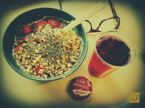 #frühstück #aufderarbeit #magerquark #honig #knusperflakes #erdbeeren #chiasamen #cranberrysaft #schuhsammlerin #babybel #ichliebemeinenjob #selfmade #foodporn #antitütenkochen