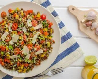 Salade de lentilles citronnée aux tomates cerises, carottes et maïs pour régime…