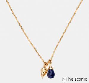 オーストラリアのアクセサリーブランドBy Charlotte(バイ シャーロット)の商品です。 深いブルーの石が印象的なネックレスです。18Kゴールド製で蓮の花のつぼみとしずくをイメージしたものなのだそうです。 個人輸入代行をご検討の際は、弊社にお問合せください。 http://cargts.com/script/mailform/daikou/