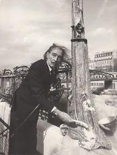 Paris 1973 Salvador DALI  Métro Arsenal (désaffecté) peignant sur l'oeuvre d'Hector Guimard (depuis Paris et Dali)