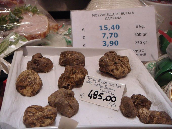 Franchi. Además de un almuerzo rápido –merece la pena, aunque no puedas sentarte -, aquí podrás comprar el mejor parmesano de la ciudad. Artículos de lujo a la venta como trufas y caviar. http://www.harpersbazaar.es/blogs/my-lightstyle/48-horas-en-roma