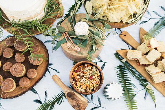 Goûter d'anniversaire pour enfant folk et nature.Buffet nature,décoration en feuillage et nappe avec imprimés en feuillage.