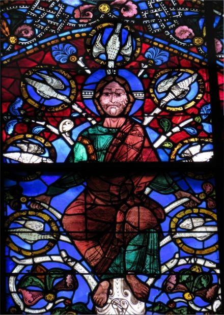 Au sommet de l'arbre de Jessé, le Christ repose sur un trône constitué de sept colombes. Cathédrale de Chartres.