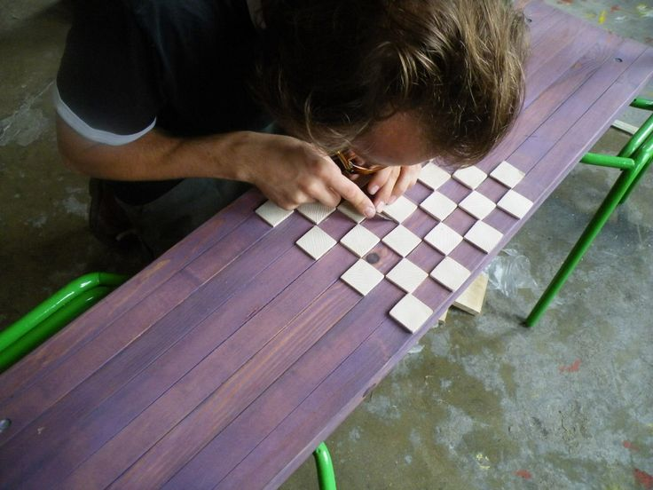 la panchina scacchiera prende forma