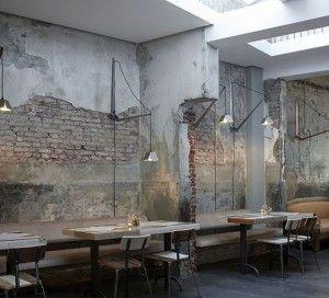 oude bakstenen muur met betonlook en stuc