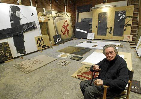 TAPIES. El polifacético artista sentado en su estudio barcelonés, con algunas de su obras al fondo.   Foto: Quique García