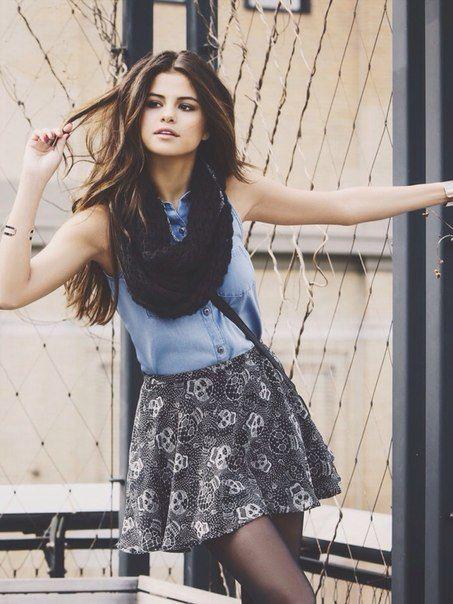 """Selena Gomez als Lacey Pemberton. Ze is één van de mooiste meisjes van de school. """"Het moet worden gezegd dat Lacey Pemberton heel mooi was.""""  """"Schitterende olijfkleurige huid. Benen waardoor je ineens om benen gaat geven. Volmaakt in model gebrachte bruine krullen"""" Lacey is nogal wat bazig."""