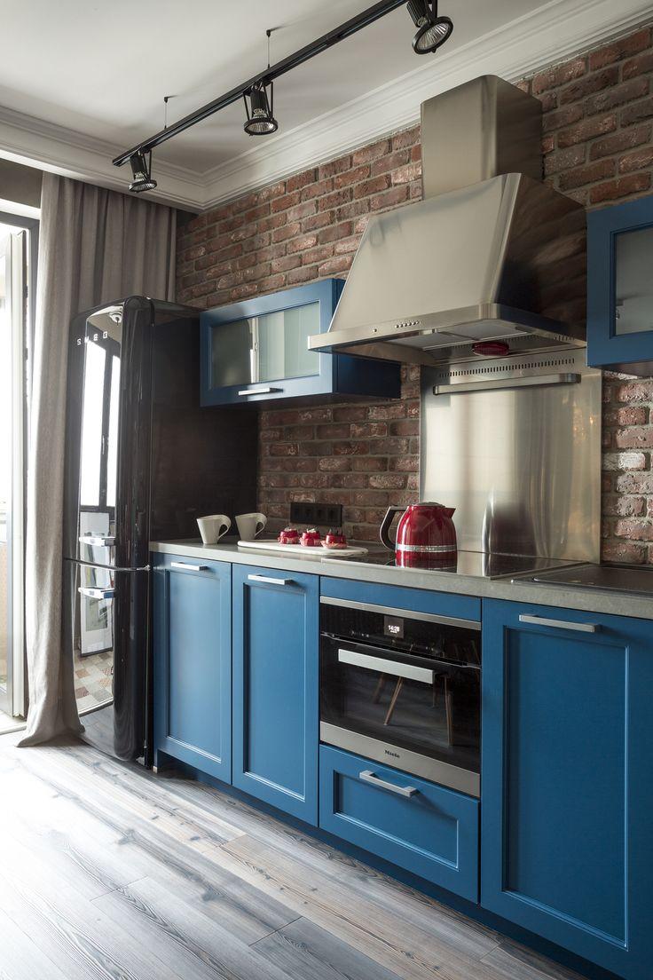 Удачное решение кухни, где отлично сочетаются цвета и фактуры. Синий цвет в квартире стал основным и встречается еще и в ванной и в спальне.