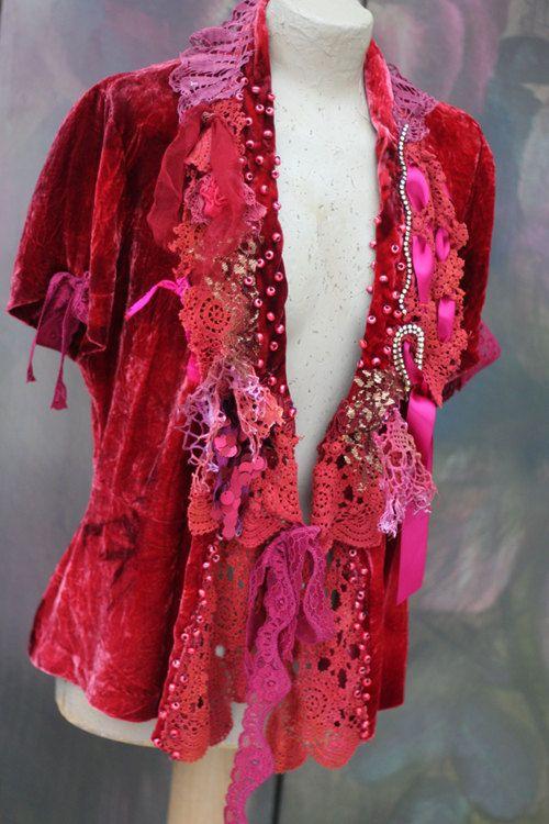Veste flottant clair en velours de soie féminin dans les luxuriantes tons de rouge, vin, roses rouille, grenats, sombres, bois de rose... a été retravaillée avec des dentelles et garnitures, sequin appliques et fleurs à la main. Accentué avec des perles de rocaille avec des perles de verre rouge gras, finition satinée redsequin garnitures, diamante ab vintage. S'attache avec des rubans de dentelle vin FITS M/L Mensurations : (fixé à l'avant) buste 100 cm / 39,4 pouces longueur de l'...