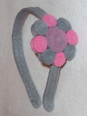 Arte Fieltro - Diadema de Fieltro Forrada con Flor de Espirales Gris y Rosa