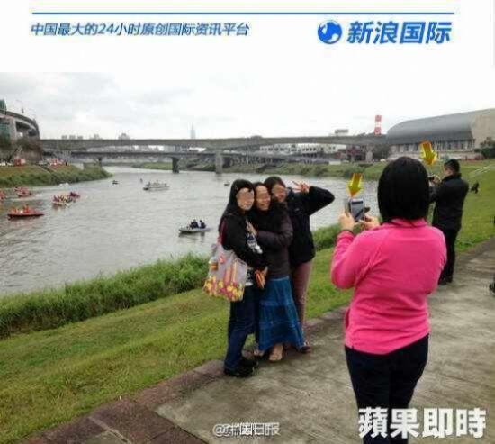 Chụp ảnh tự sướng trước máy bay rơi, ba cô gái bị chửi rủa