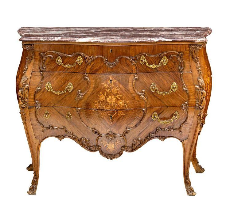 CÓMODA ESTILO LUIS XVI Abombada en madera de palisandro e incrustaciones decorativas en boj. Con tiradores en bronce. Encimera de mármol veteado rosa. C. 1960. Medidas: 83,5 x 104 x 49,5 cm.