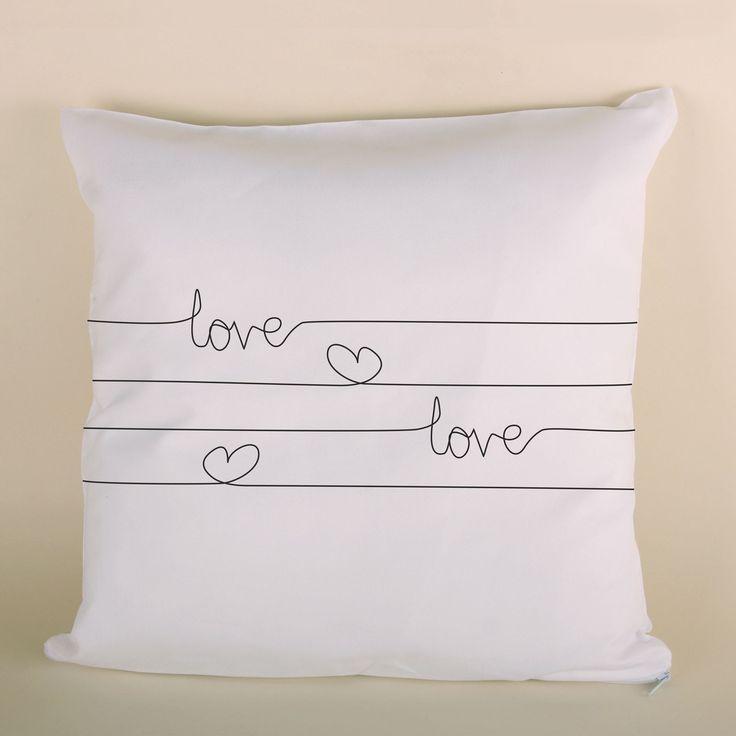 Poduszka ślubna LOVE to doskonały prezent dla bliskiej osoby.
