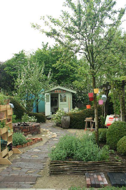 Kleine tuin. Tips voor inrichten ervan. Mooi voorbeeld deze ook. Leuk met zo'n slingerpad middendoor en moestuin/kruidentuin aan het begin en terras in het midden eignelijk