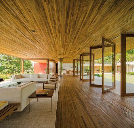 casa no morumbi, são paulo | projeto: isay weinfeld | ambientes do piso superior, que são flexíveis e podem mudar de acordo com a disposição dos móveis