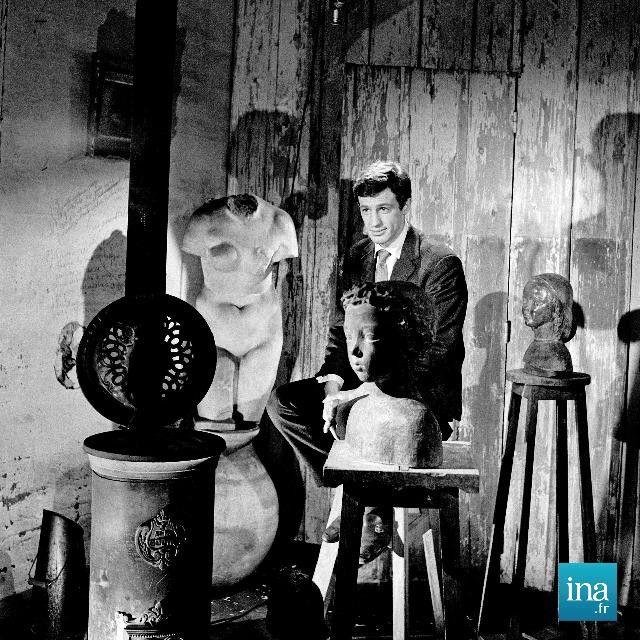 Jean Paul #Belmondo entouré de sculptures de son père Paul Belmondo Date : 20/01/1960  Crédits : Gonot, Dominique / INA
