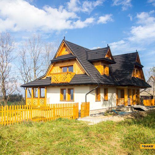 Piękny dom w góralskim stylu do którego idealnie pasuje stolarka drewniana