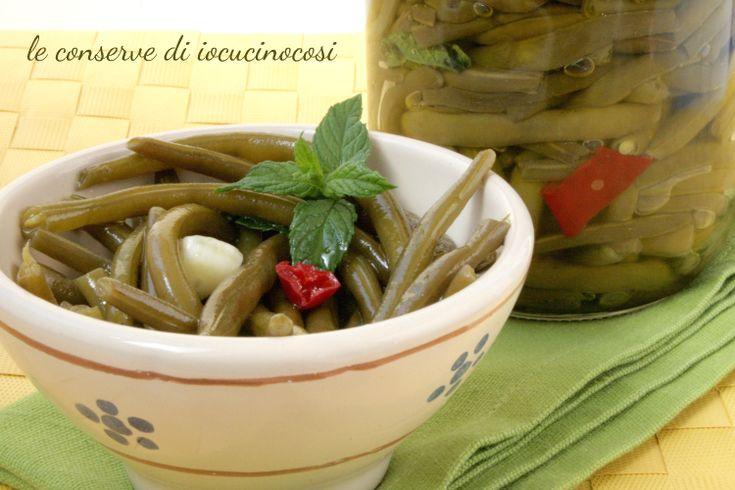 I fagiolini sottolio sono una conserva gustosa e croccante e sono perfetti da servire come antipasto o su una bruschetta di pane tostato.