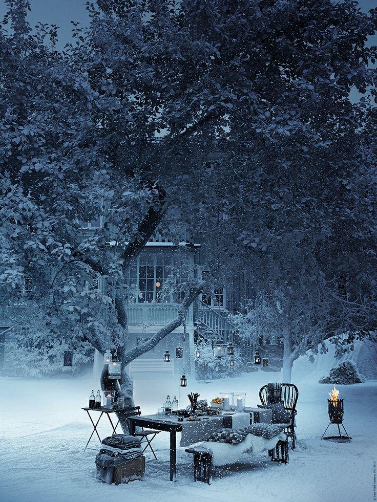 Duka upp adventsglöggen i trädgården. ÄNGSÖ bord och bänk, TÄRNÖ fällbart bord och klappstol, LUDDE fårskinn. Den fina eldkorgen kommer från Röshults www.roshults.se