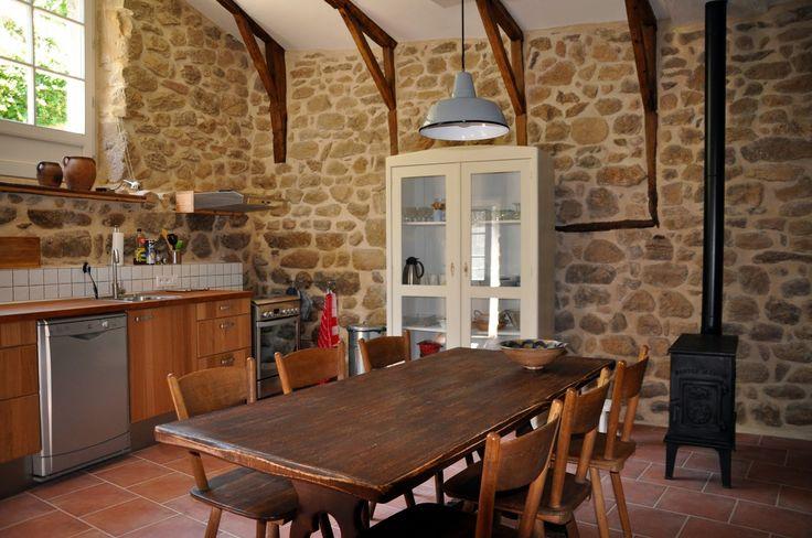 Klassieke trekkershutkachel in een bourgondische keuken.