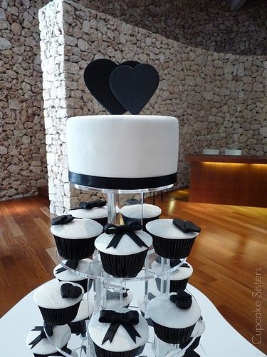Cake topper heartsSimple, yet pretty black and white cupcakes and cake