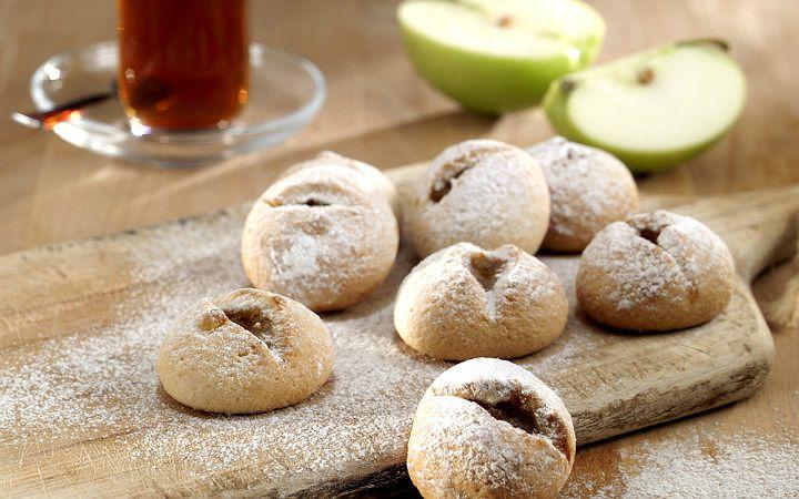 Tarçın kokusunun mutfağı sardığı, lezzetli, ağızda dağılan kıtır, tereyağlı, cevizli, tarçınlı, elmalı kurabiyeler hazırlamak düşündüğünüzden daha kolay.