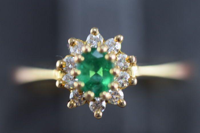 Mooie 18 Kt. Gouden ring met 10 briljant geslepen diamanten en een Groene Smaragd VS1/K totaal 063 crt.  Mooie 18 Kt. Gouden ring met 10 briljant geslepen diamanten en een Groene Smaragd VS1/K totaal 063 crt.Conditie: Zeer Goed (zie foto's)Edelmetaal: 750/1000 % GoudEdelmetaal- kleur: Geel goudEdelsteen: 10 briljant geslepen diamanten VS1/K 025 crt. 1 Ovaal geslepen Groene Smaragd 038 crt. Totaal (025 crt.038 crt.) 063 Crt.Afmetingen: Bovenzijde ring 8x10 mm. Totaal 24x19x2 mm.Diameter…
