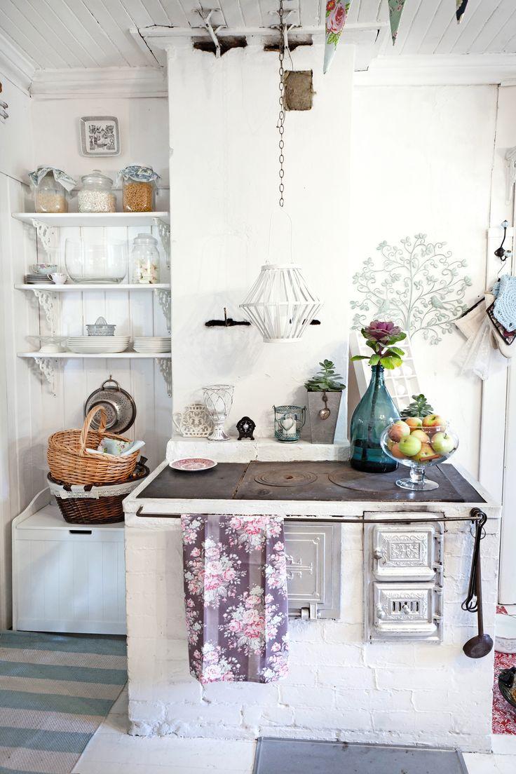 Puuhelle vaaleassa keittiössä. Stove in a light kitchen. | Unelmien Talo&Koti Toimittaja: Anette Nässling Kuva: Toni Härkönen