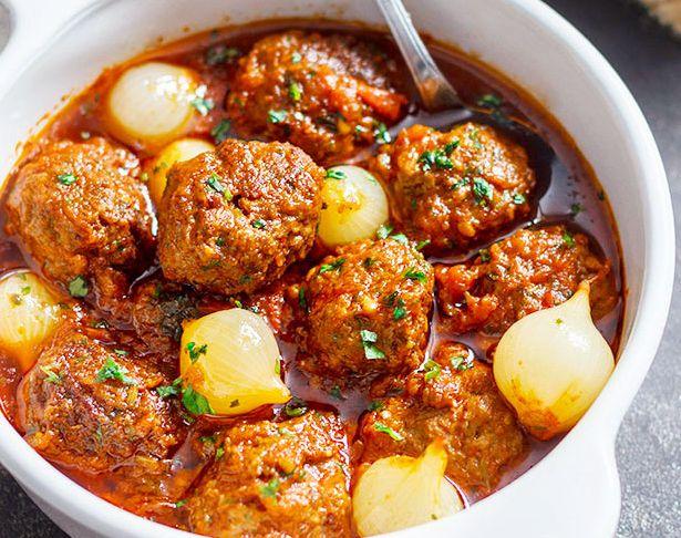 Υπέροχα κεφτεδάκια με κρεμμυδάκια στιφάδου σε πεντανόστιμη κόκκινη σάλτσα. Μια συνταγή για ένα λαχταριστό, χορταστικό αγαπημένο απ' όλους πιάτο για τοοικο