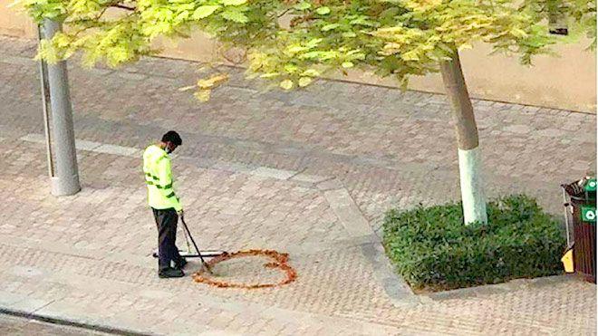عامل نظافة في دبي يهز المشاعر بصورة مؤثرة أدهشت صورة لعامل نظافة في دبي يدعى راميش غانغاراجام الإمارات عمال النظافة Www Alayyam Info Garden Tools