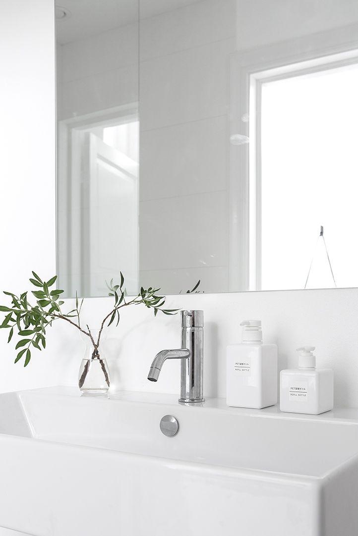 white minimal bathroom, Fina val som Duravit och Catalono