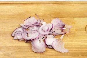 Салат из говядины с редькой и репчатым луком