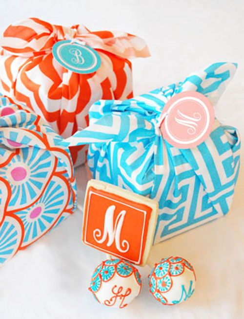 Party favors wrapped in fabric.Favors Wraps, Gift Wrapping, Favours Ideas, Fabrics Wraps, Monogram Gifts, Gift Wraps, Boxes Wraps, Shower Gift, Bridal Showers
