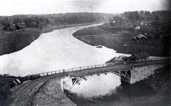 Länsikosken silta noin vuonna 1900. Kuva etelästä. Kuva C. Hausen/HKM.