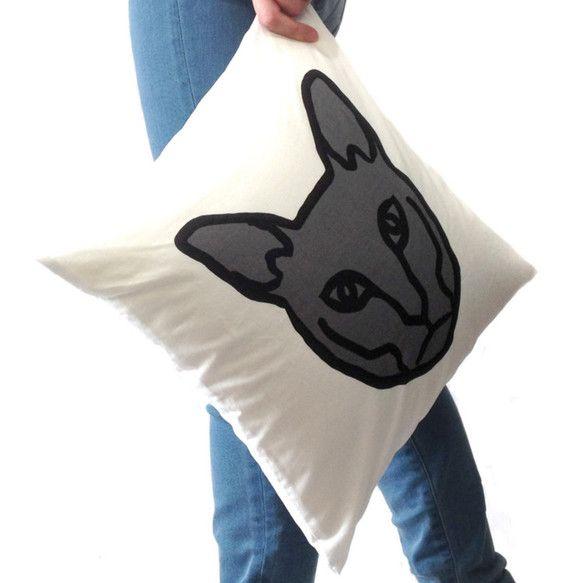 ―ネコのクッション―シルクスクリーンという技法を用い、一つ一つ手染めした後、クッションカバーに仕上げています。ネコのイラストから製版、染色、裁縫まですべて手作...|ハンドメイド、手作り、手仕事品の通販・販売・購入ならCreema。