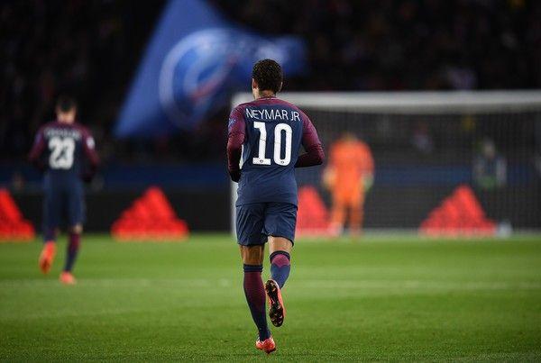 Paris Saint-Germain's Brazilian striker Neymar runs on the pitch during the UEFA Champions League Group B football match between Paris Saint-Germain (PSG) and Glasgow Celtic at Parc des Princes Stadium in Paris on November 22, 2017.  / AFP PHOTO / FRANCK FIFE
