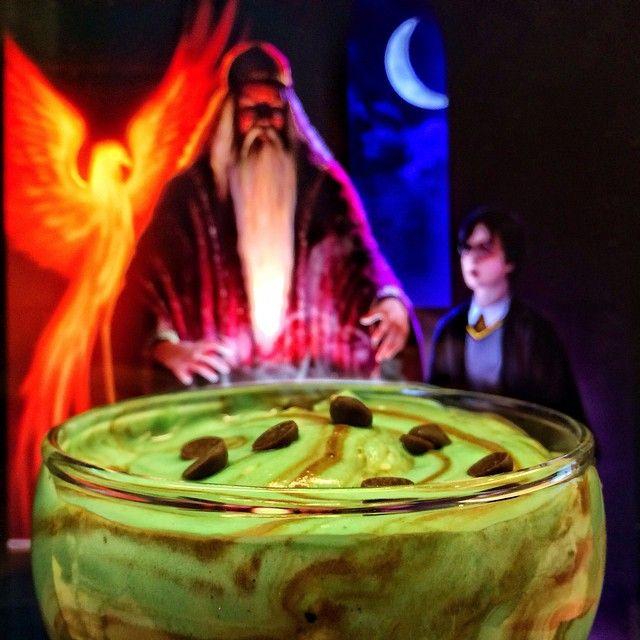 Η Κιβωτός των Στοχασµών  Γεύση: Απαλή κρέµα bueno ανάµεικτη µε µους σοκολάτας υγείας, φουντούκι και καραµέλα σιρόπι. Στοιχεία: Πρόκειται για τη θρυλική δεξαµενή που κατείχε ο Άλµπους Ντάµπλντορ , που το περιεχόµενό της ήταν µια ουσία ηµιδιάφανου χρώµατος, η οποία δεν ήταν ούτε υγρή ούτε αέρια αλλά κάτι ενδιάµεσο. Μέσα της µπορούσες να ξαναζήσεις τις αναµνήσεις σου µόνο ως παρατηρητής.