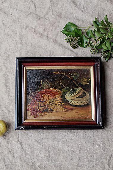 黒いフレームの油絵-oil painting frame 英名でレッドカラント、フランス語ではグロゼイユ。その実の酸味まで喉から思い出す様な、一粒ずつがフレッシュに艶めき、他方からの光を一番顕著に受けて。房すぐりや向かって右側のブルーのお砂糖入れから受ける印象は初夏ですが、ぼうっと暗い背景からもの思う事は秋の趣きを讃えた景色にも見え得るかも。絵のサイズはw285 h225です。