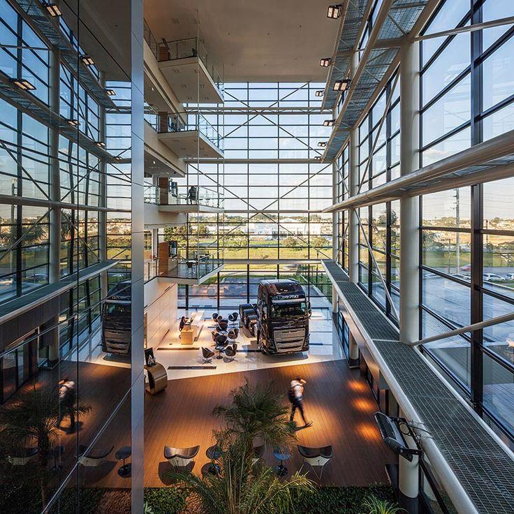A composição de vidros e painéis metálicos confere identidade à arquitetura, aproximando-a da imagem institucional da empresa.