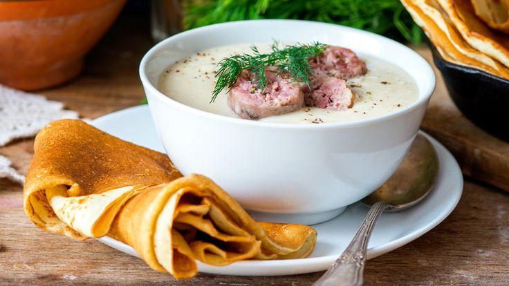 ロシアの隣国ベラルーシの冬は、とにかく寒い。そのためか、カロリーをたっぷりと摂取できるような濃厚クリーミー料理が数多く見れらます。たとえばこの「マチャンカ」、サワークリームで豚肉をことこと煮込む。さあ、どんな料理でしょう。ベラルーシの人々はサワークリームが大好き、だそう。アメリカのようにディップがメインではなく、煮込み料理や炒めもの、デザートソースにもよく使われるそうです。なかでも「マチャン...